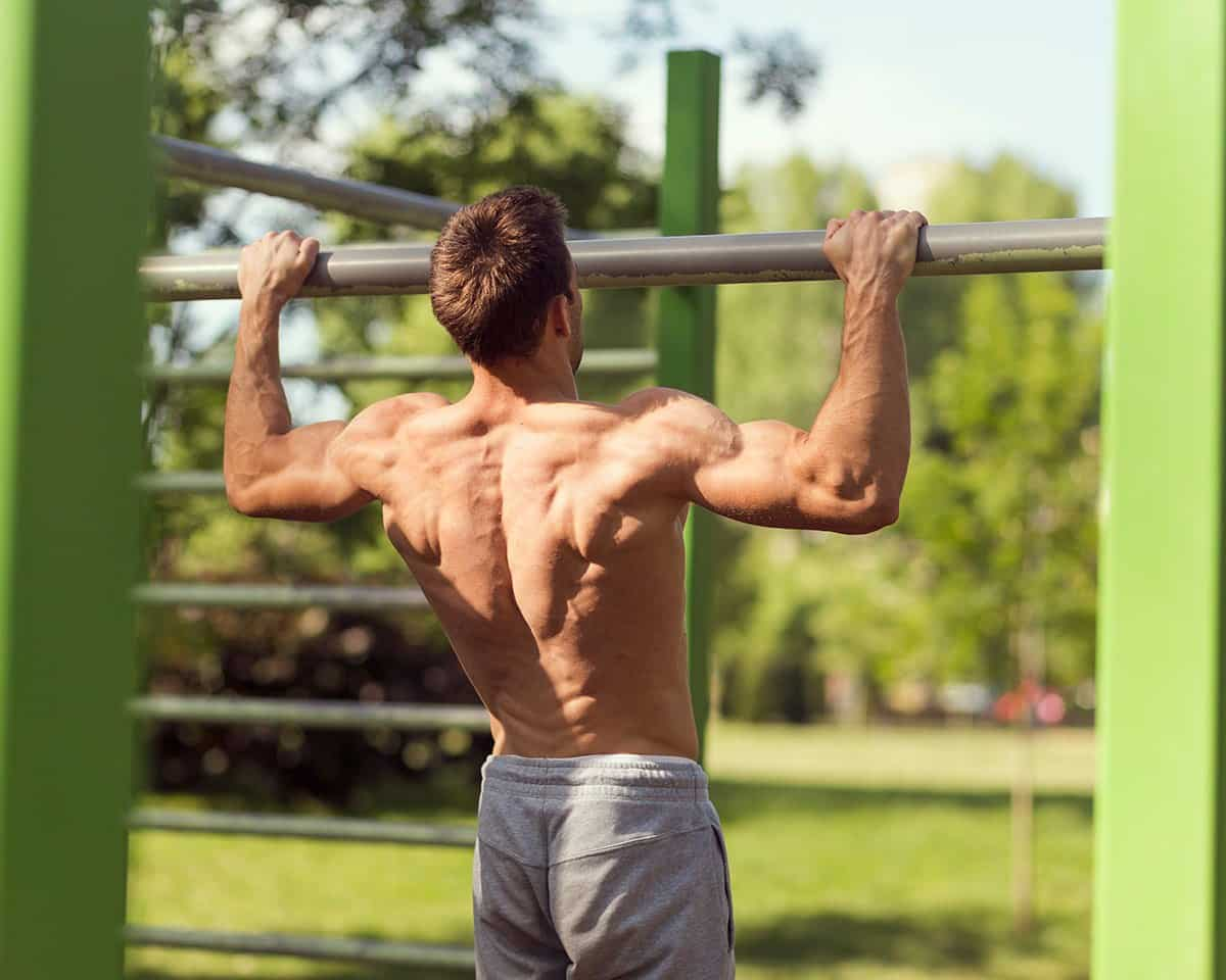 Demonstrating a good pull up hang